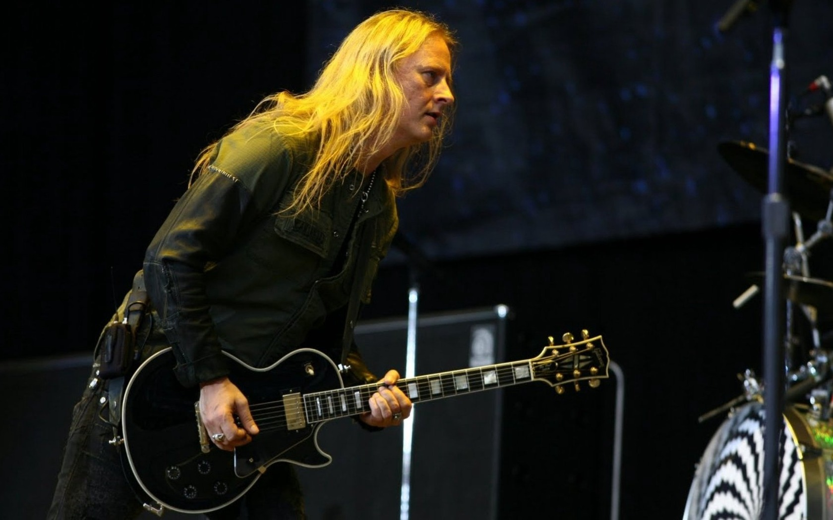 Download wallpaper 1680x1050 jerry cantrell hair guitar play 1680x1050
