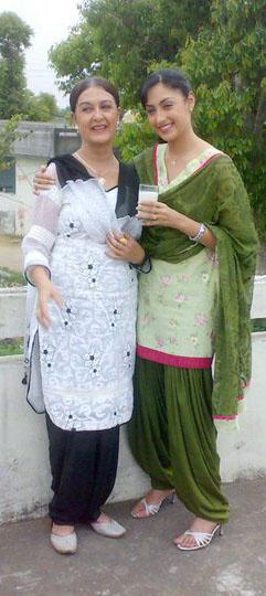 DESI MUNDE Punjabi Movie Releasing 102011 Download 241x540