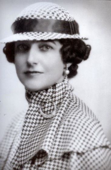 DorothyDraper Wearing Houndstooth 366x557