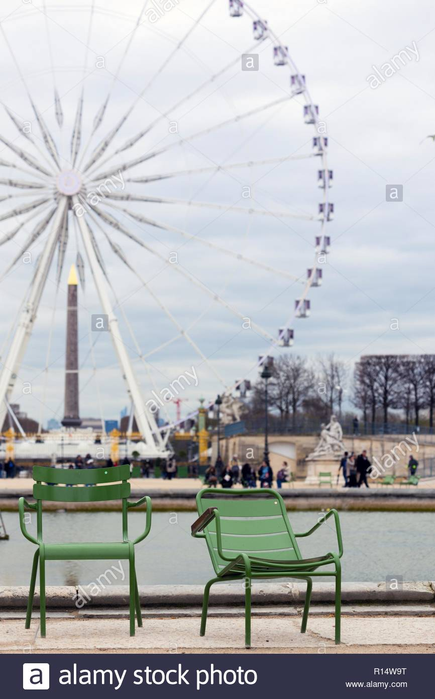 chairs for rest in the background of the Great Wheel on the Place 866x1390