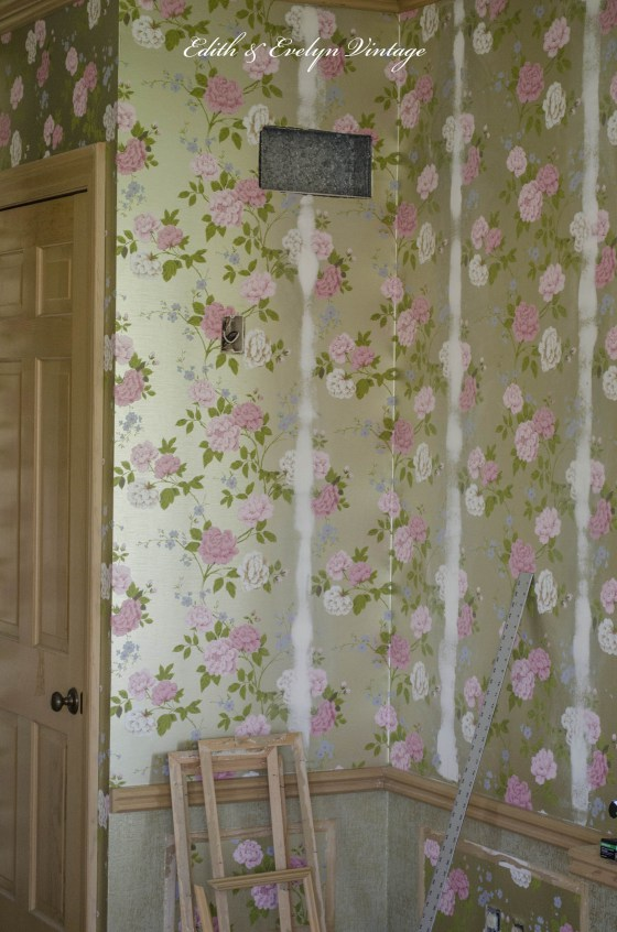 Covering the wallpaper seams with joint compound 560x846