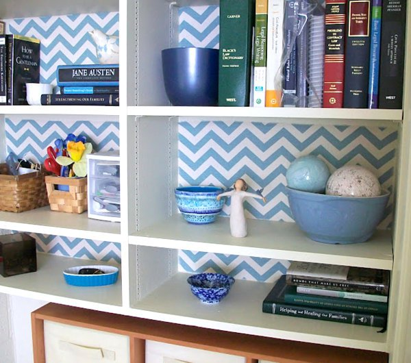 20 Bookshelf Decorating Ideas   Decoist   use wallpaper at the back of 600x530