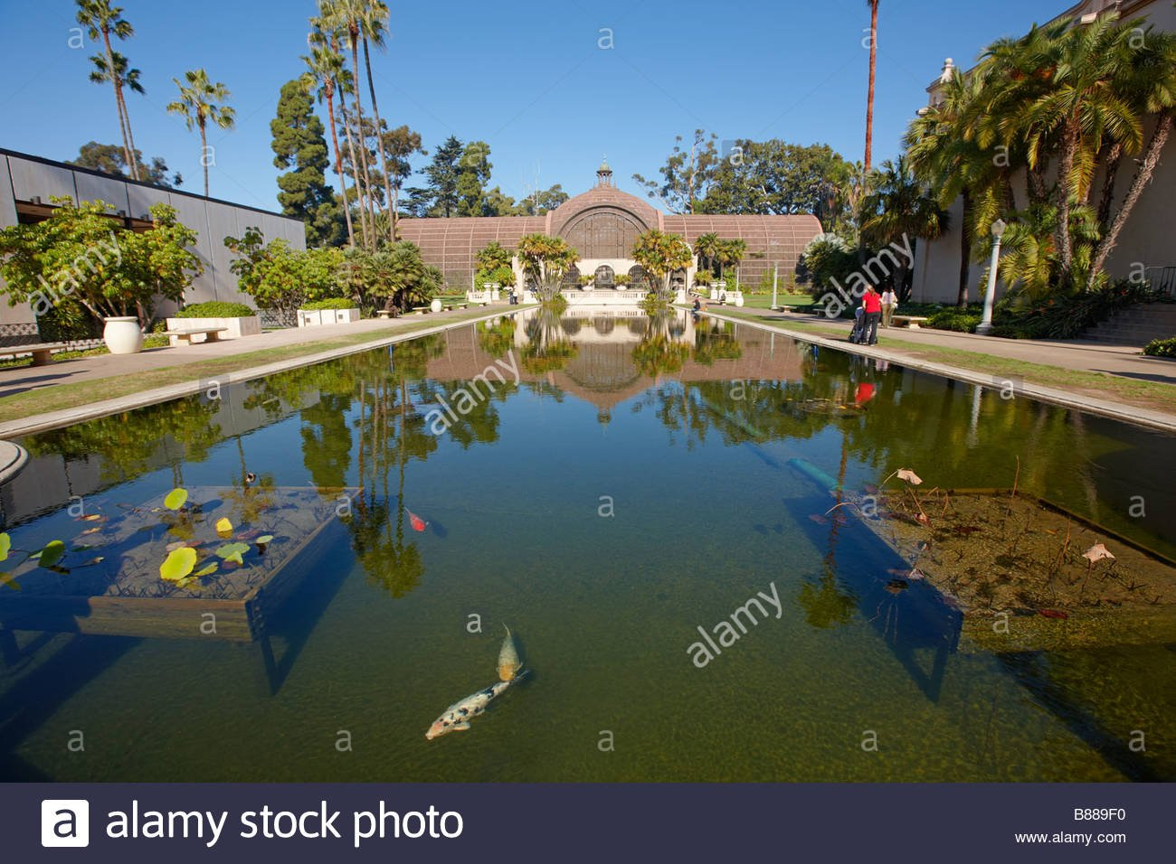 Fish pond with the Botanical Building at the background Balboa 1300x956