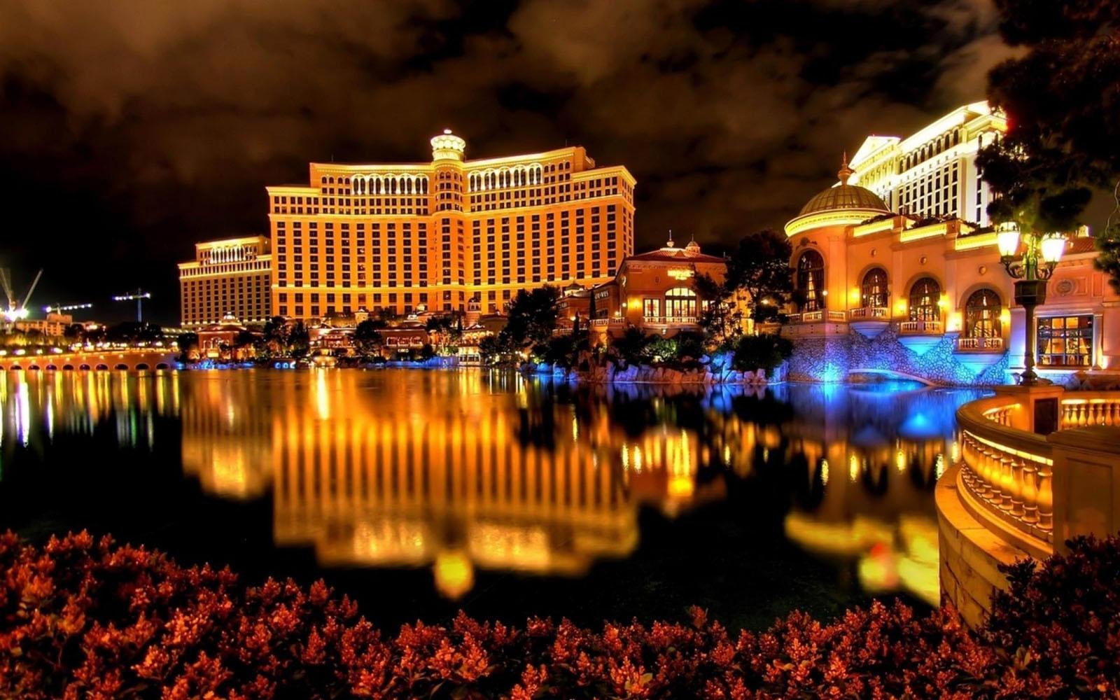 Luxor Hotel Las Vegas 6939796 1600x1000