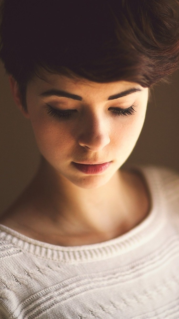 Wallpaper Short hair girl in room 2560x1440 QHD Picture Image 750x1334
