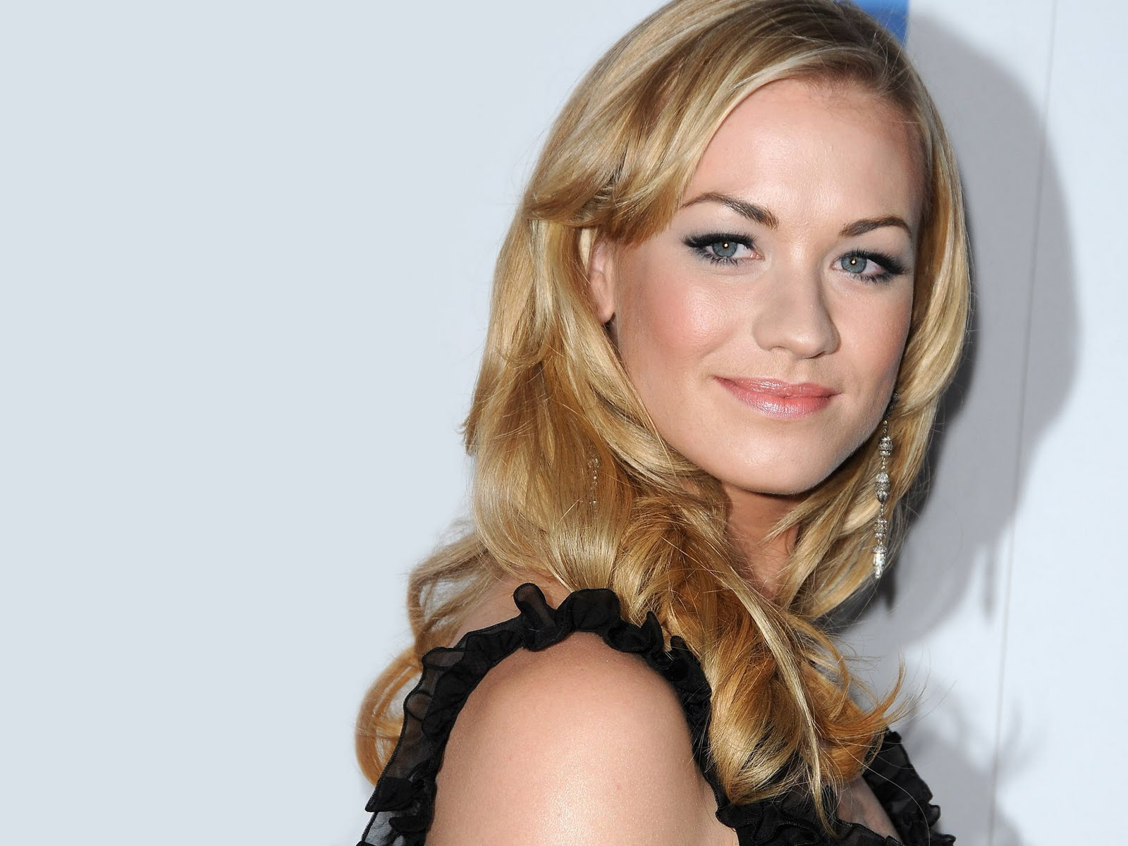 HD Wallpapers Yvonne Strahovski 1600x1200
