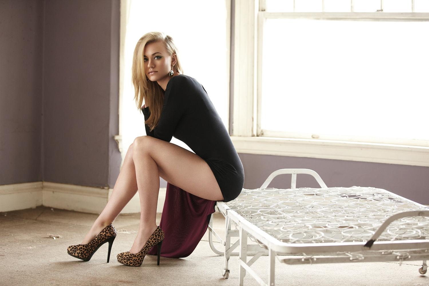 Yvonne Strahovski legs in high heels 1499x1000