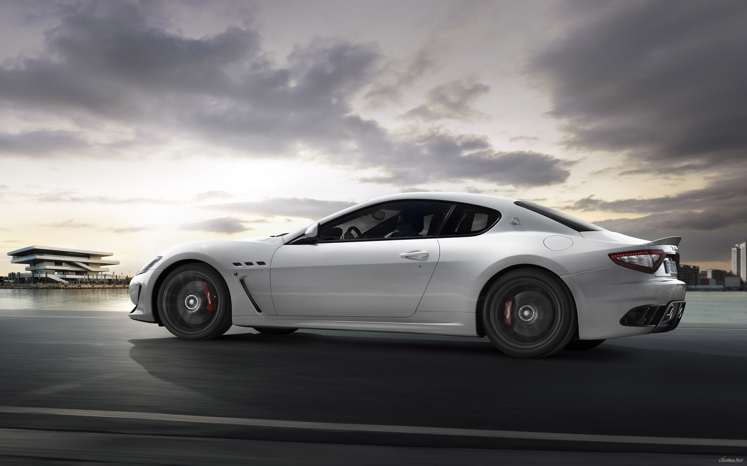 Widescreen wallpaper with white Maserati Grand Turismo from the 2560x1600