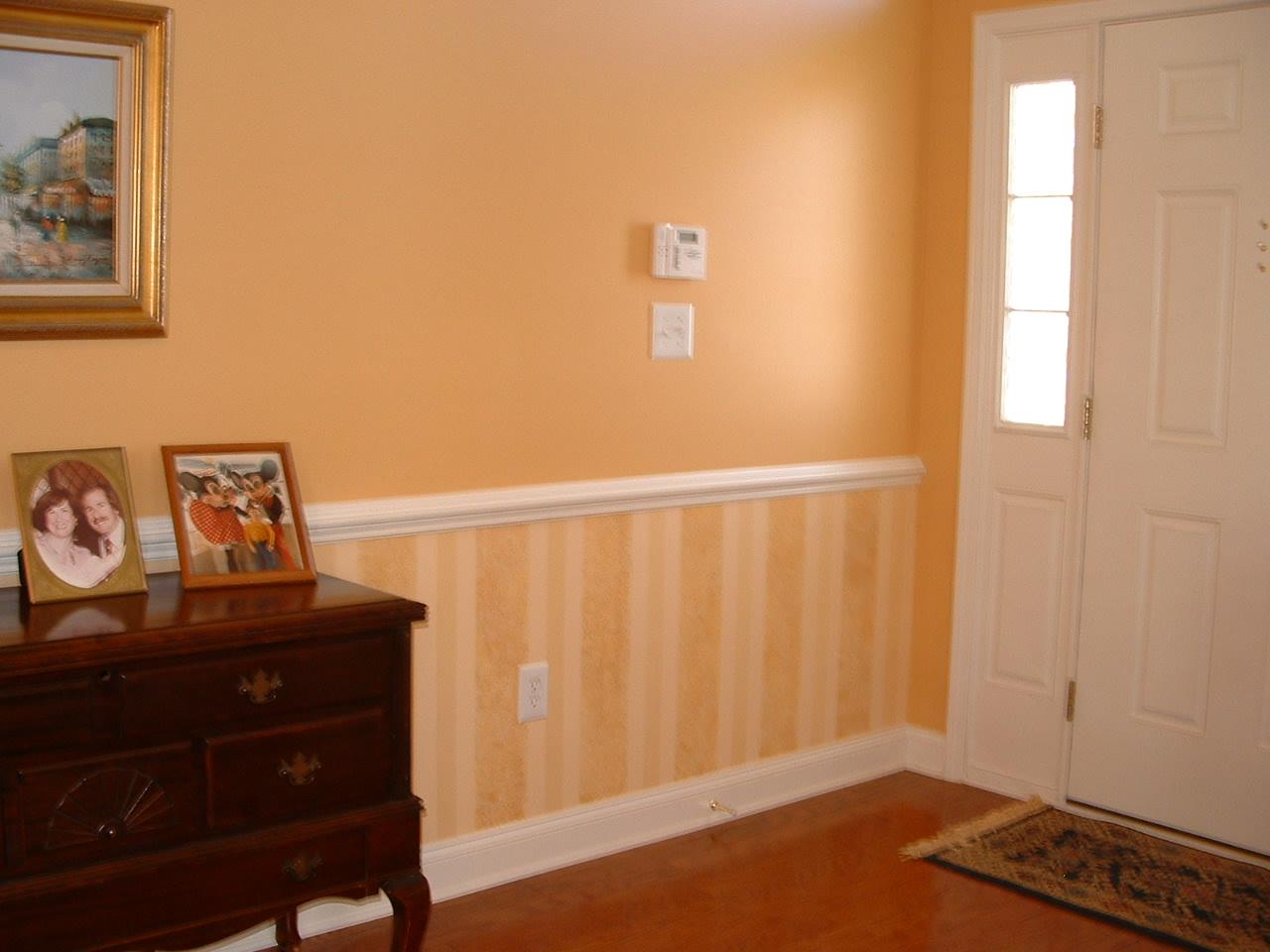Wallpaper under chair rail wallpapersafari for Chair rail ideas