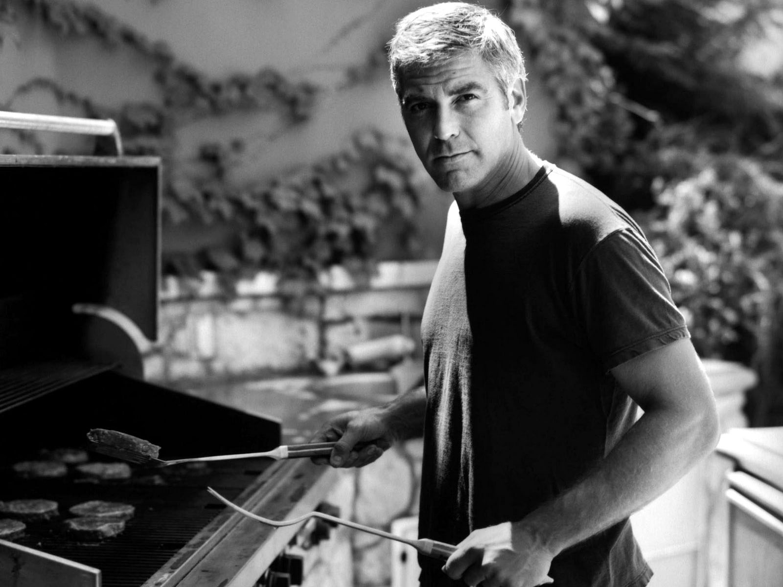 Download George Clooney Making Barbecue Desktop Wallpaper 1063 1600x1200