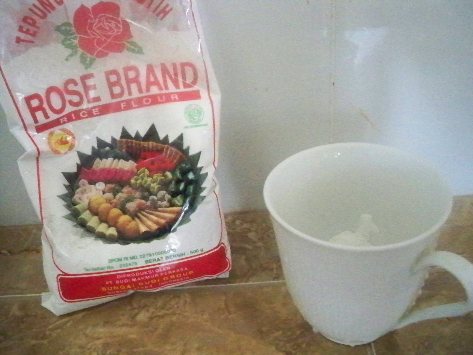 Pour half a cup of rice flour into a cup or measuring cup or any sort 1600x1200
