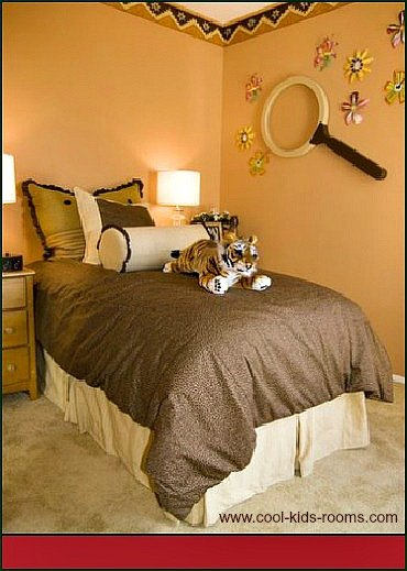 Bedroom with wallpaper border and wall stickers 370x519