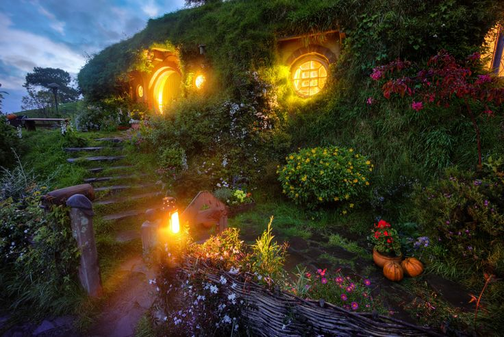 Baggins home in New Zealand   Hobbit House Wallpaper Bilbo S Hobbit 736x492