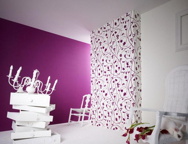 kreative wandgestaltung mit weier wandtapete mit lila Blumenmotiv 600x461