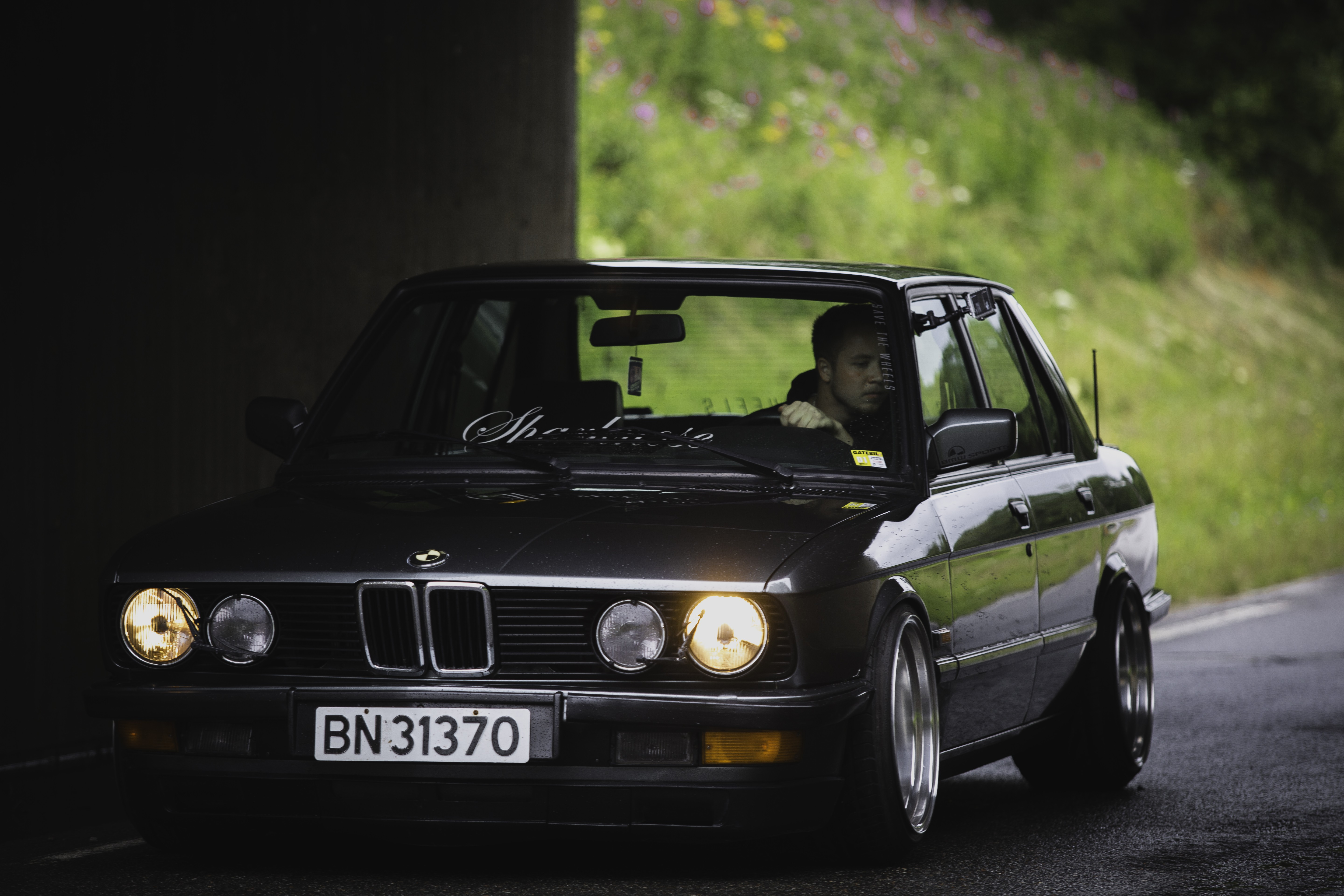 Download wallpaper for 1080x1920 resolution BMW E28 Stance 5760x3840