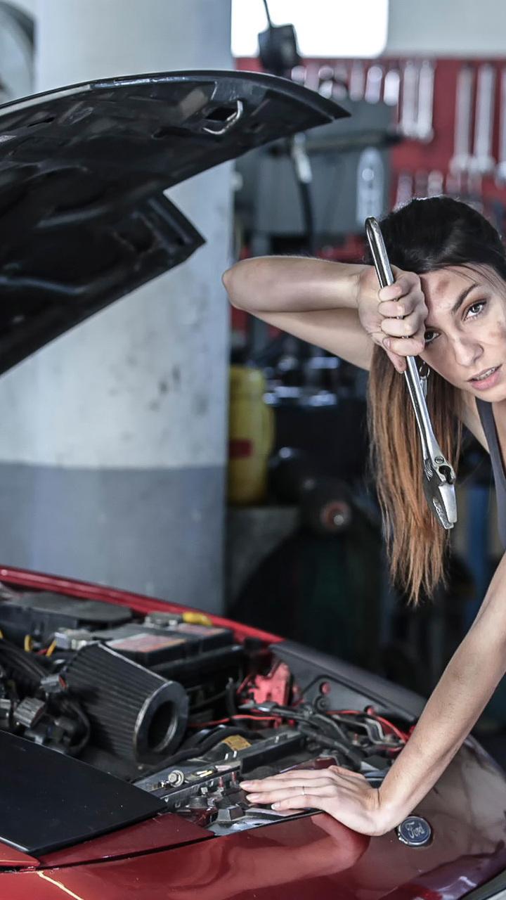 Красивые фото девушек в автомастерской — img 5