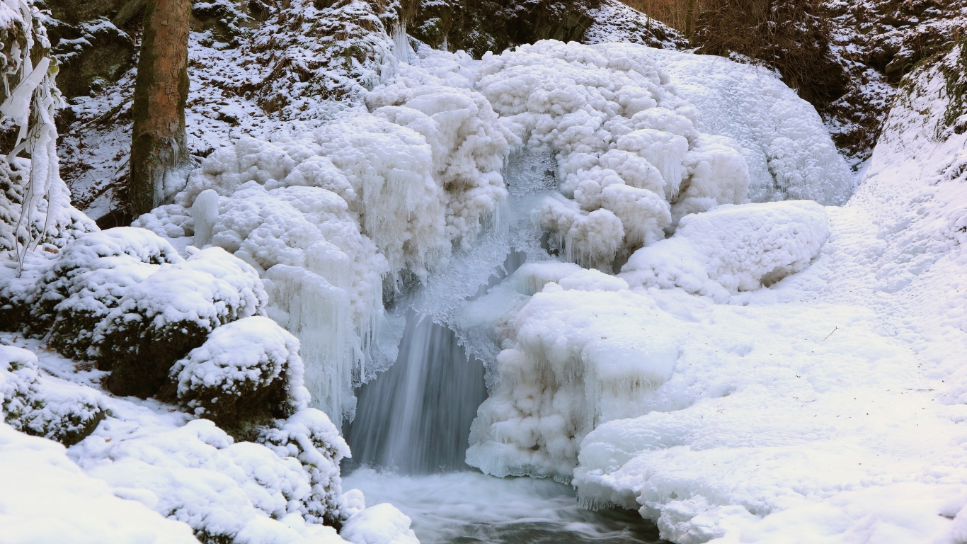 winter waterfall 1366x768