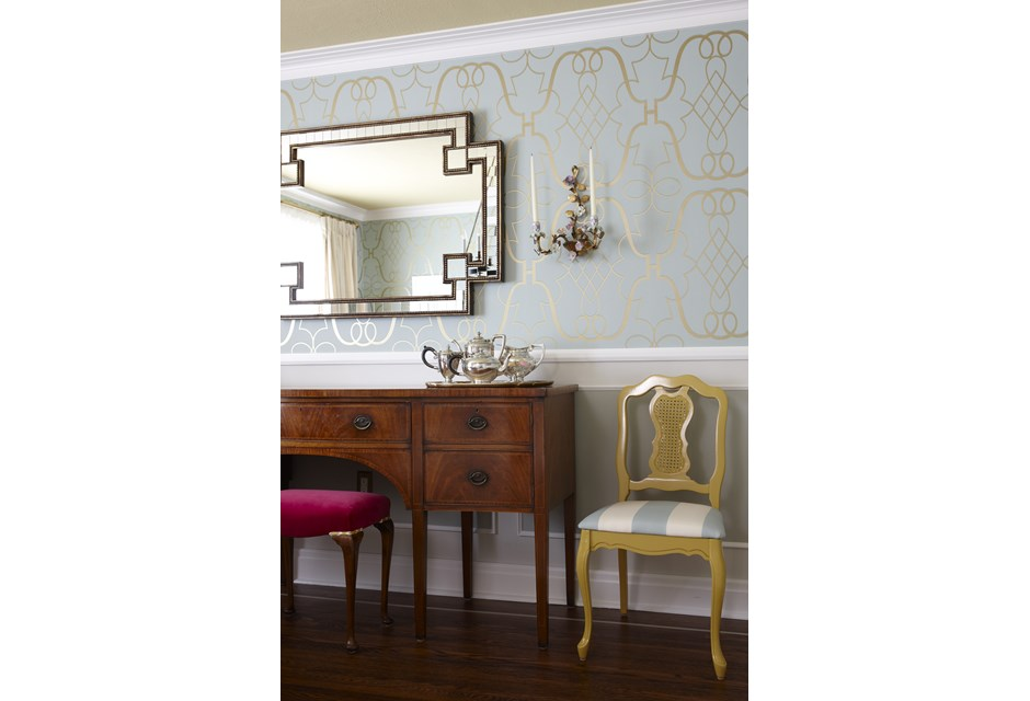 The gold leaf wallpaper adds a touch of royalty to this dining room 940x640