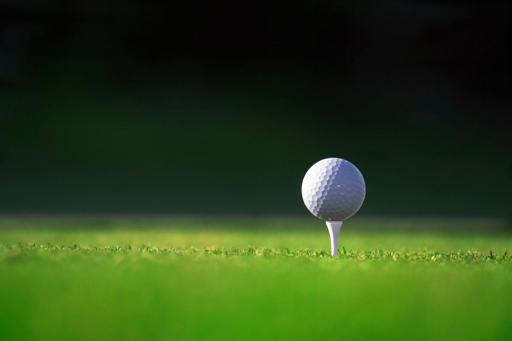 Golf ball on tee wallpaper