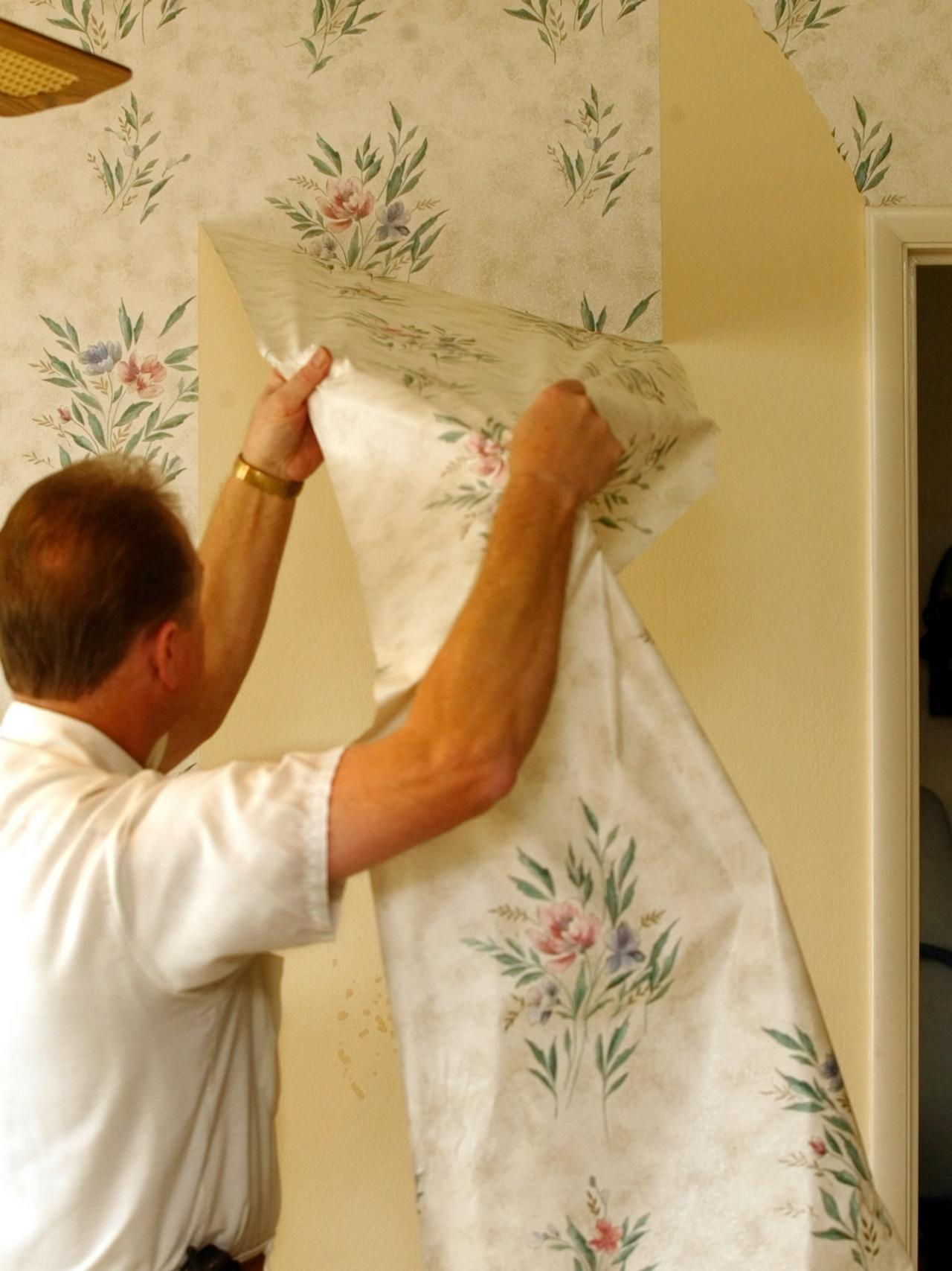 wallpaper contractor demonstrates the proper way to remove wallpaper 1280x1707