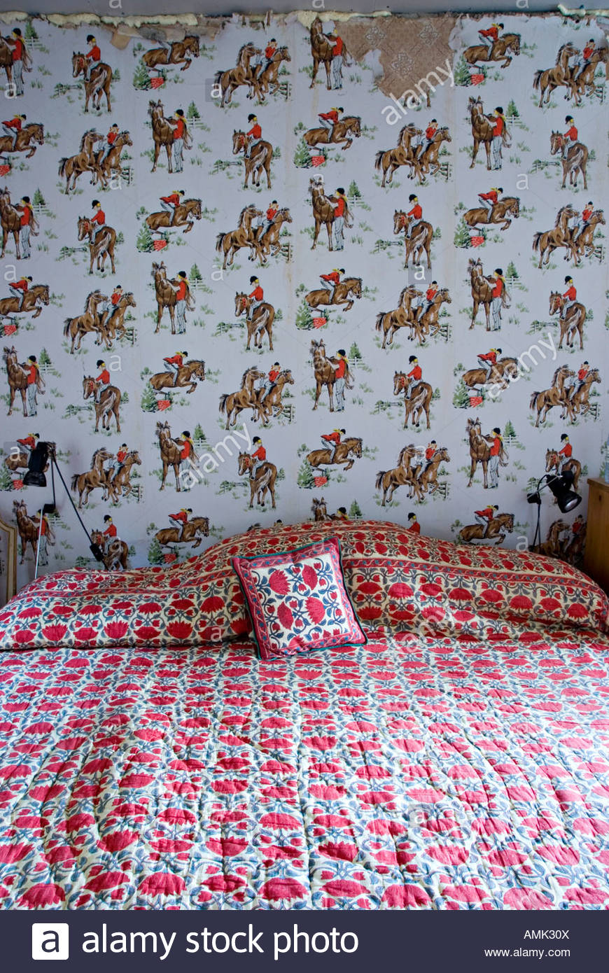 Wallpaper decorated with a pony pattern in the childs bedroom of 870x1390