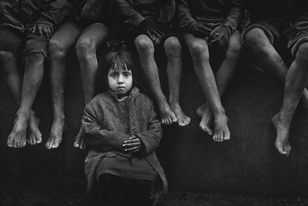 misery poor grayscale children Pedro Luis Raota Wallpapers 1257x840