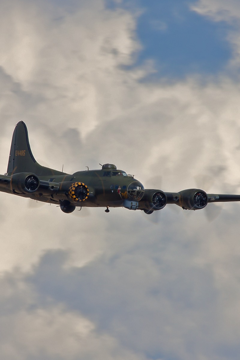 Download wallpaper 800x1200 boeing b 17 flying fortress bomber 800x1200