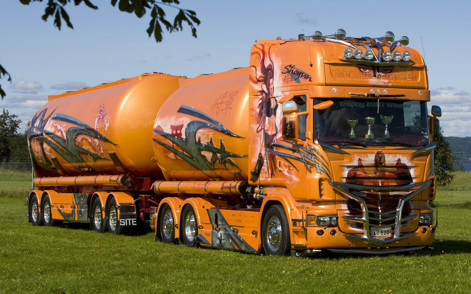 wallpaper met heel veel verlichte trucks donkerrode truck met oplegger 1600x1000