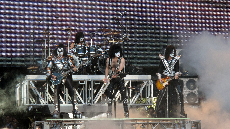 Kiss heavy metal rock bands concert guitar drums wallpaper background 2224x1251