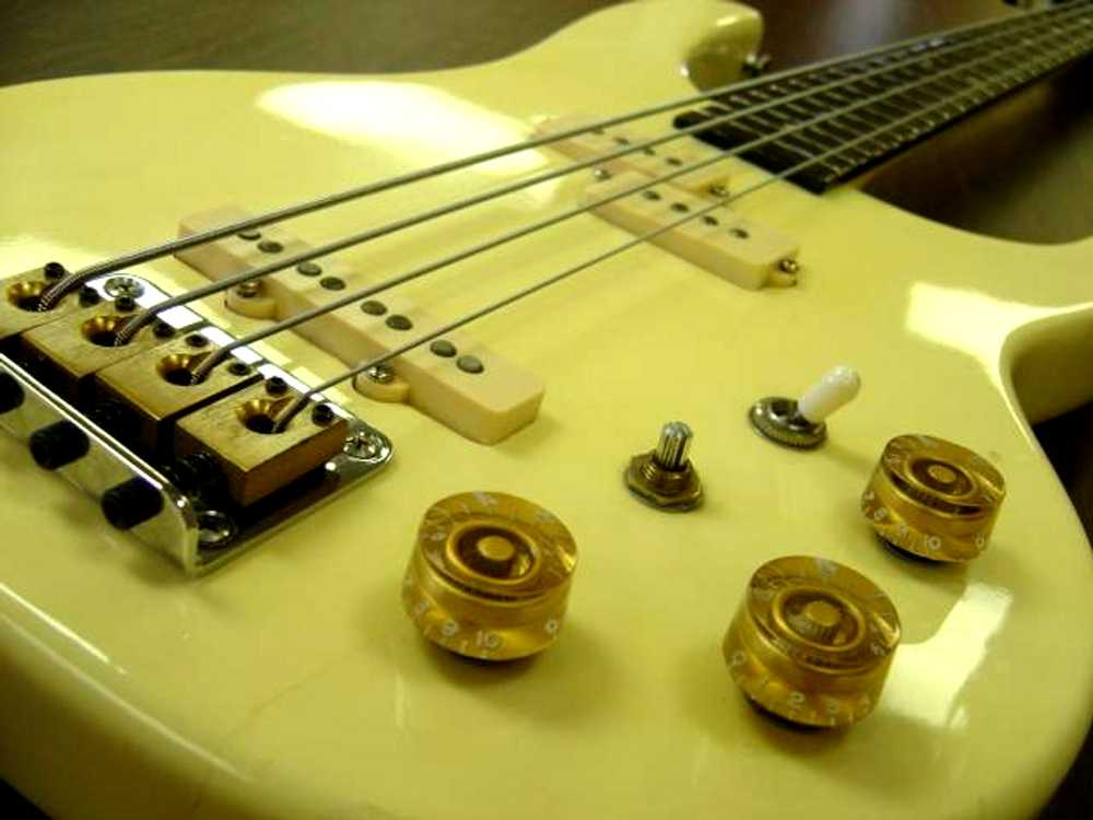 Electric Bass Guitar Background Image Wallpaper or Texture for 1000x750