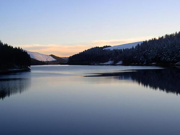 Desktop backgrounds of a calm Howden Reservoir in Winter with snow 600x450