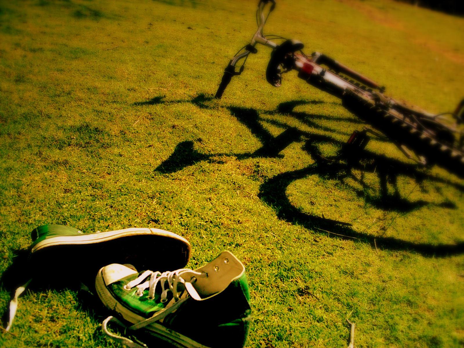 1600x1200 Bike and shoes desktop PC and Mac wallpaper 1600x1200