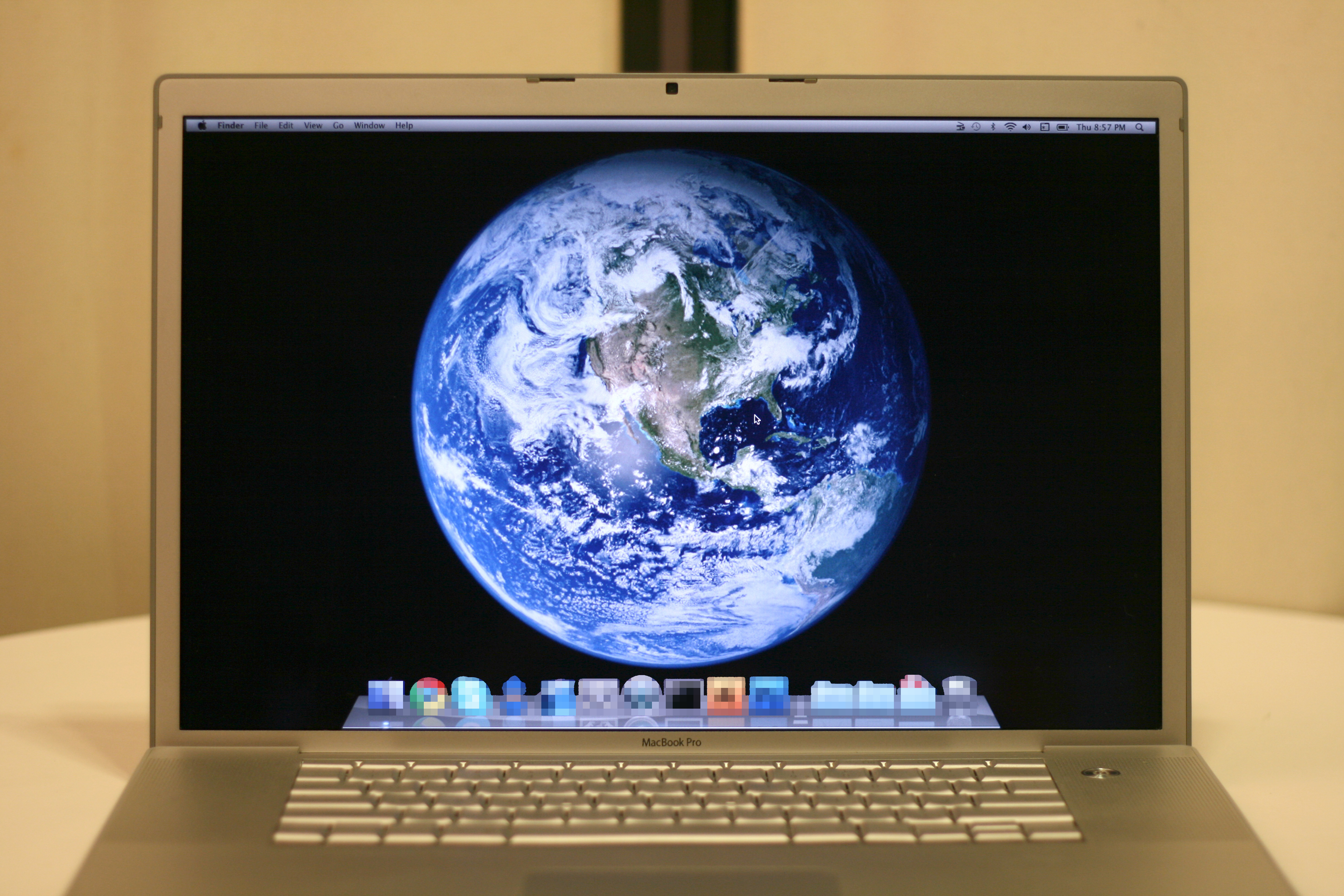 File2010 01 21 MacBook Pro Mac OS X Snow Leopard with Earth 3888x2592