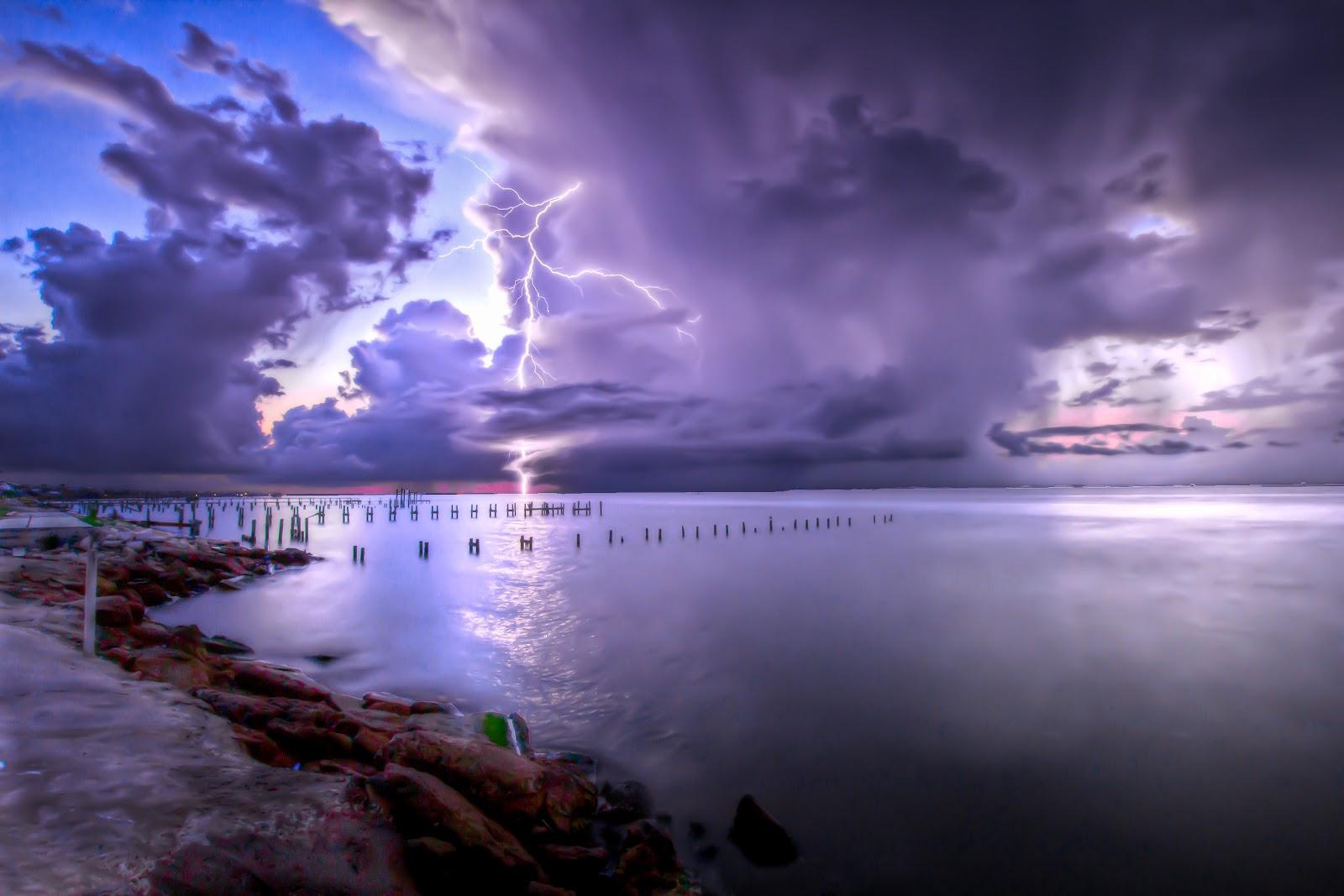 Scary Thunderbolt on Beach 1600x1067