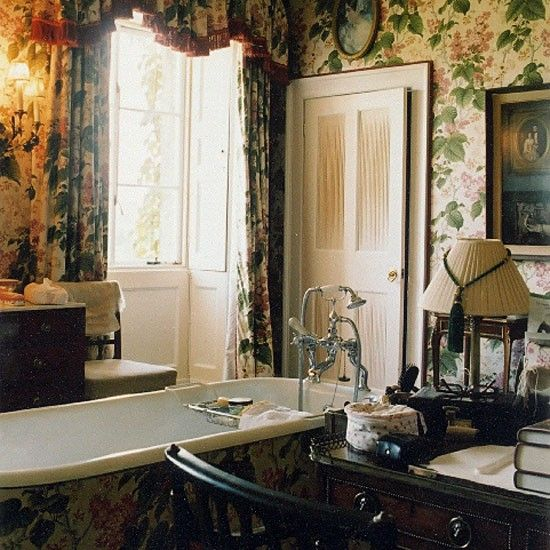 Floral wallpaper with matching curtains gives a Victorian style look 550x550
