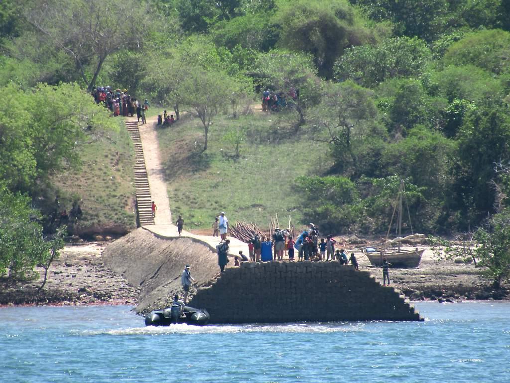 Kilwa Kisiwani Jetty Local residents gather to greet visit Flickr 1024x768
