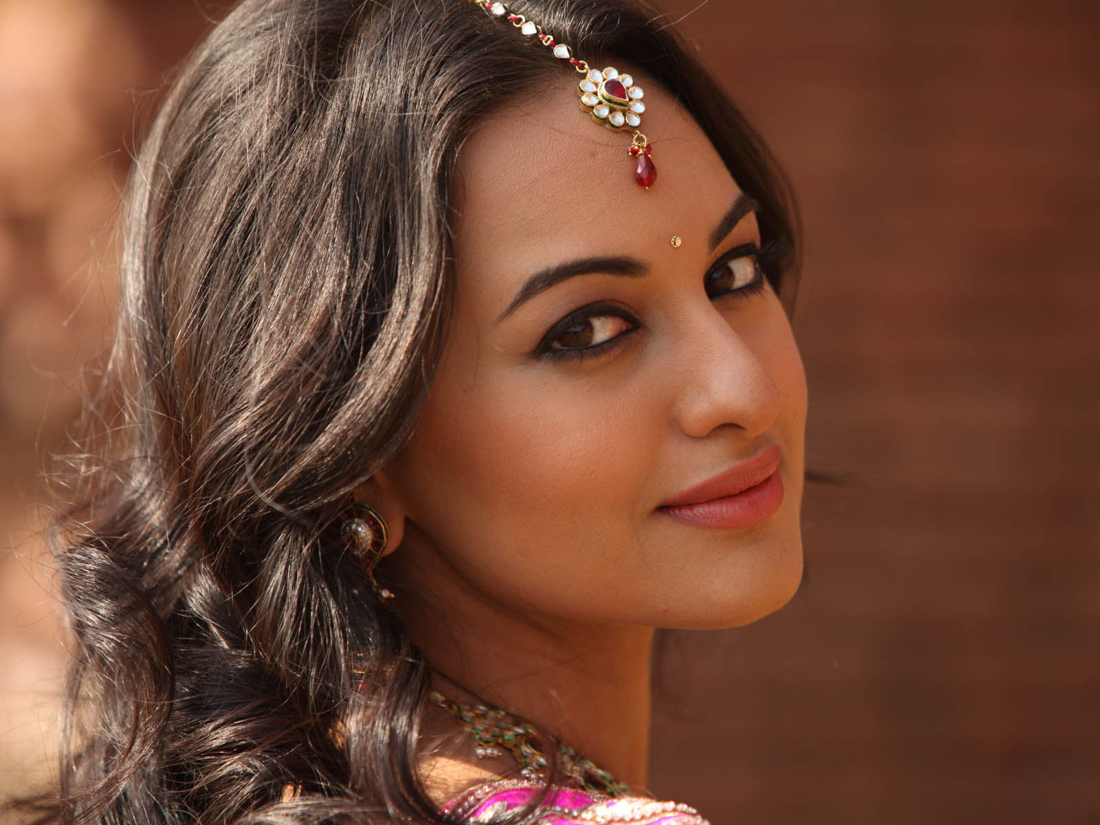 bollywood famous actress sonakshi sinha high definition wallpapers 1600x1200