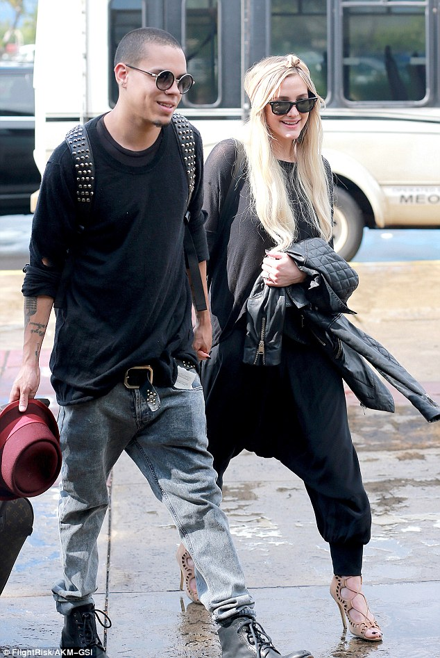 Picture Exclusive Ashlee Simpson Plants Kiss On Evan Ross 634x947
