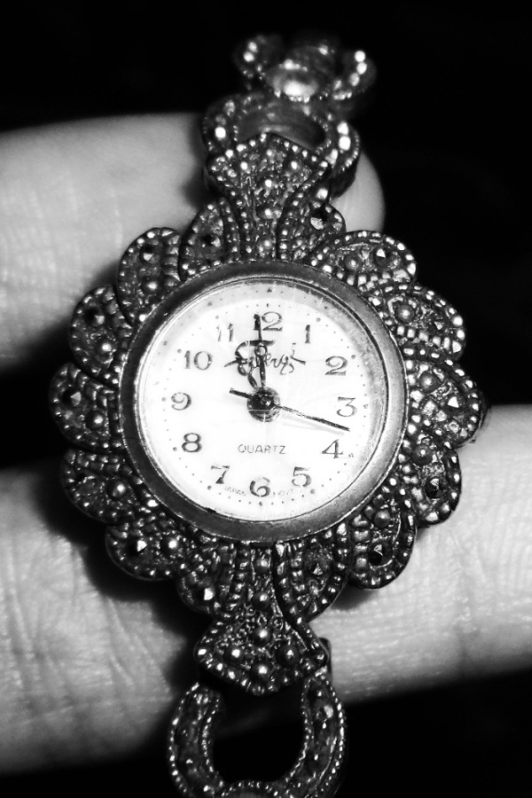 Black And White Clock iPhone Wallpaper iPhone 4 Walls 600x900