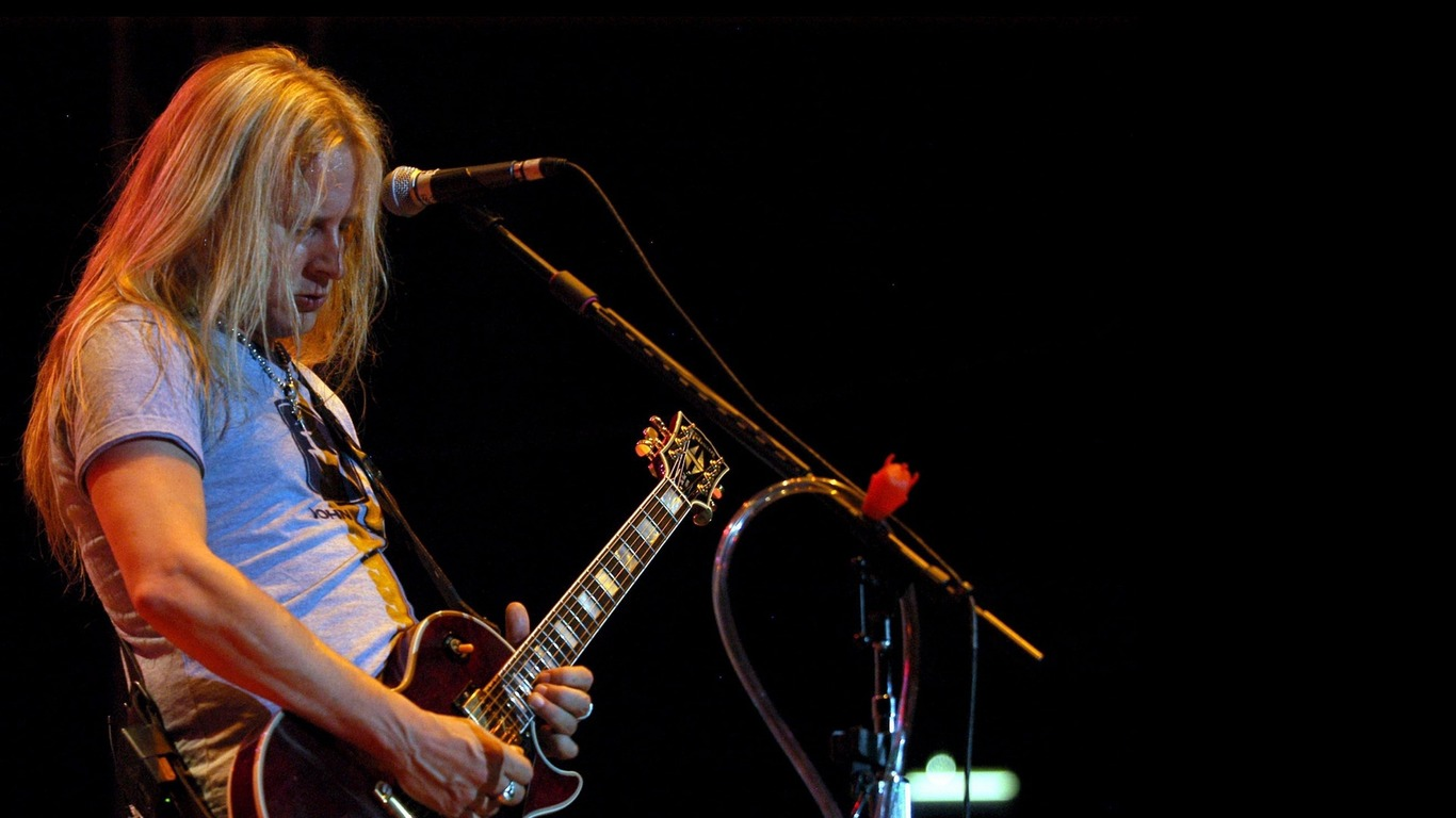 Download wallpaper 1366x768 jerry cantrell guitar microphone 1366x768