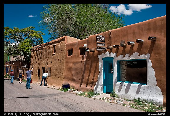 Photo Tourists inspect oldest house Santa Fe New Mexico USA 576x393