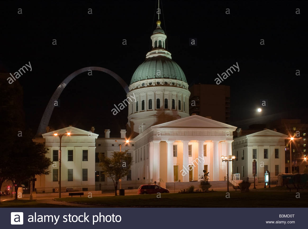 Old Courthouse in St Louis with Arch in the background Stock Photo 1300x967