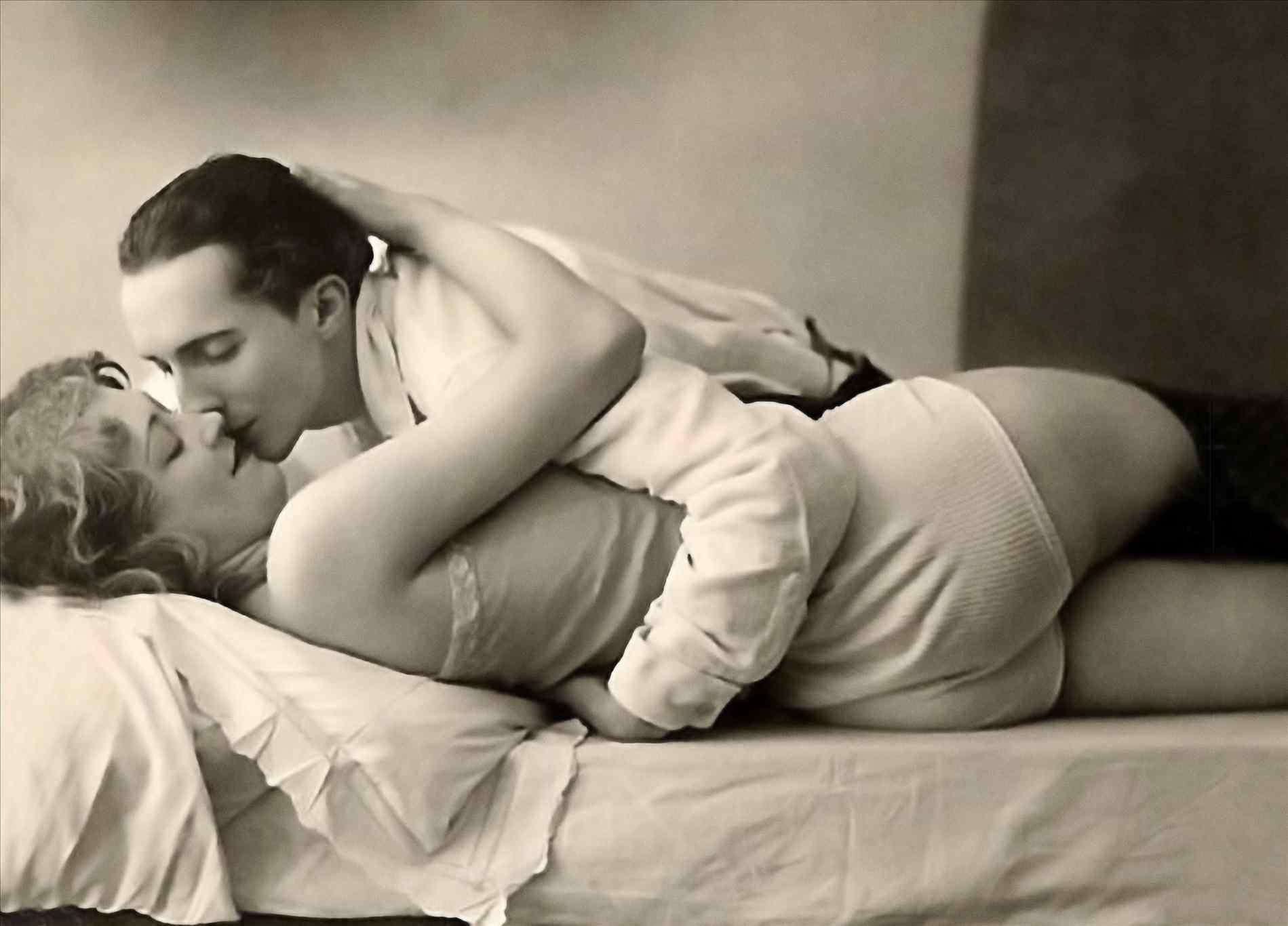 Kiss Wallpaper Download   Romantic Kiss Images Download 1899x1366