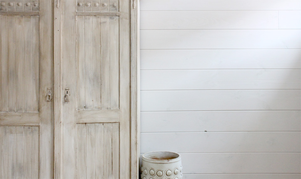 Wallpaper that looks like wainscoting