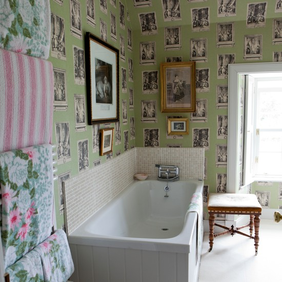 Eclectic feature wallpaper bathroom Traditional decorating ideas 550x550