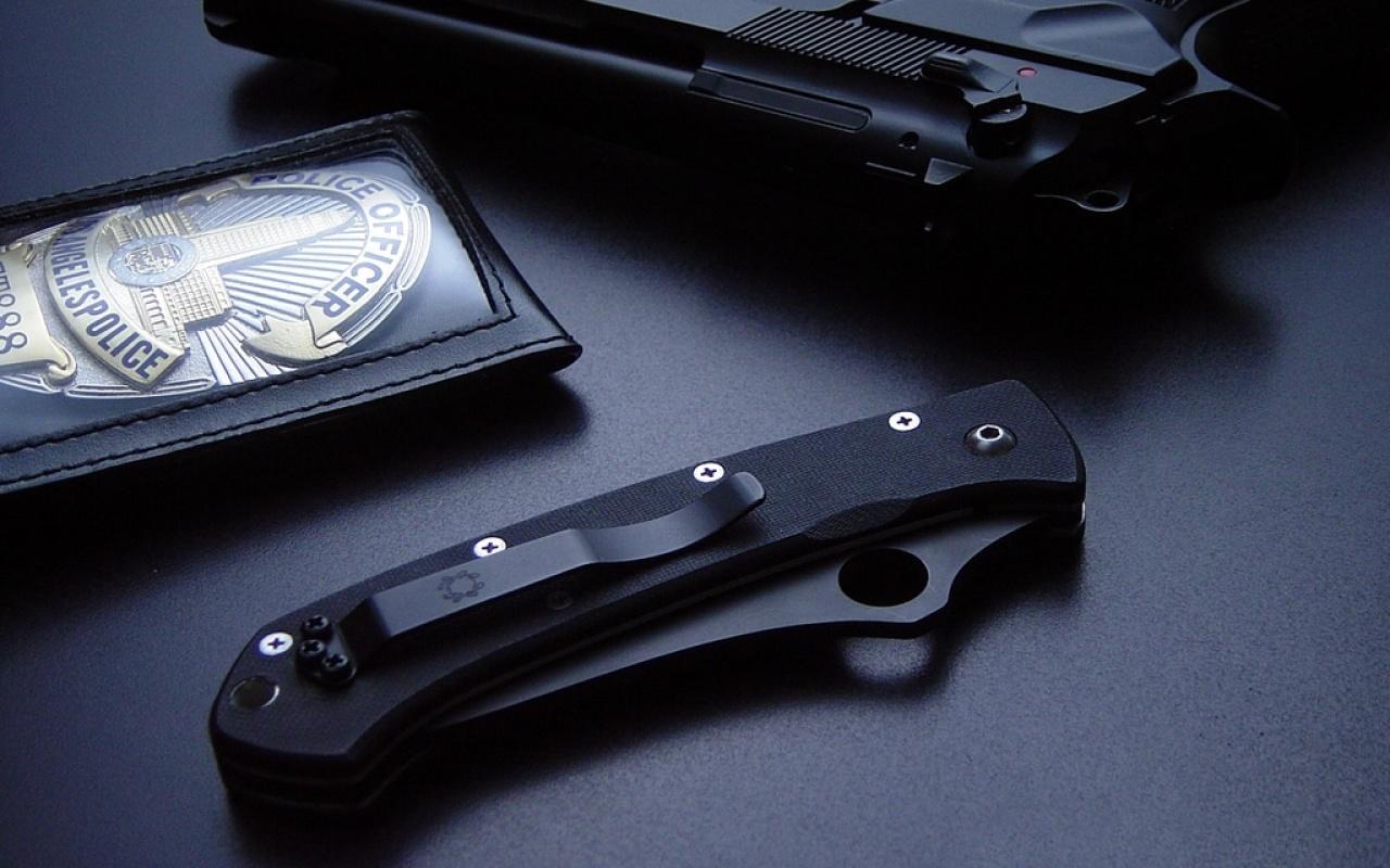 Download Wallpaper Gun Knife police badge   1280x800 1280x800