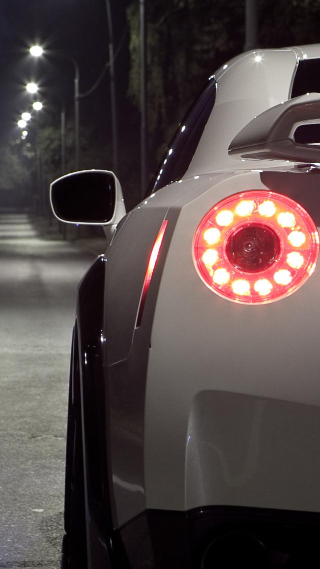 Nissan GT R 640x1136